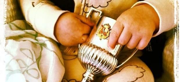 Martín Casillas con el minitrofeo de la Copa del Rey